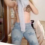 Image Tanara danseaza si pozeaza goala la webcam