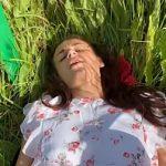 Image Tanara sta pe scaun in camp si primeste muie si futai