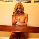 Image Tanara in sanii gol la webcam freaca si suge dildo de cauciuc